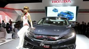 model-seksi-tawarkan-honda-all-new-civic-di-pameran-iims-2016_20160408_130420